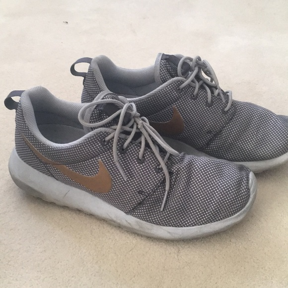 more photos 40a35 15a5b Nike Women s Roshe One-Grey w Rose Gold Swoosh 8.5.  M 5a5b879b6bf5a6187a507499
